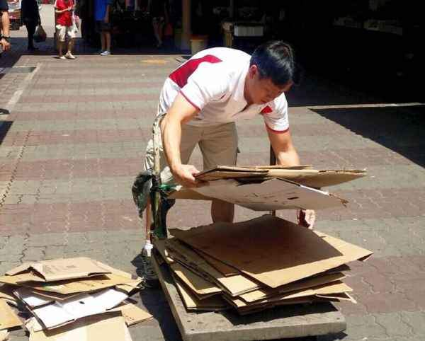 MP Louis Ng collecting cardboard for 'excercise' or show?